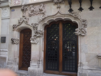 a pleasant entryway - ignored by the the wide-eyed 1,000's who tramp-by on amateur their Gaudi pilgrimages ....