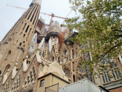 Catedral Sagrada Familia still stands ....   and the construction continues  (for another 100 years, give or take a few) ...