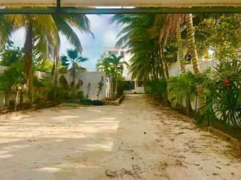 Uaymitun Beach House-2 Front walled area